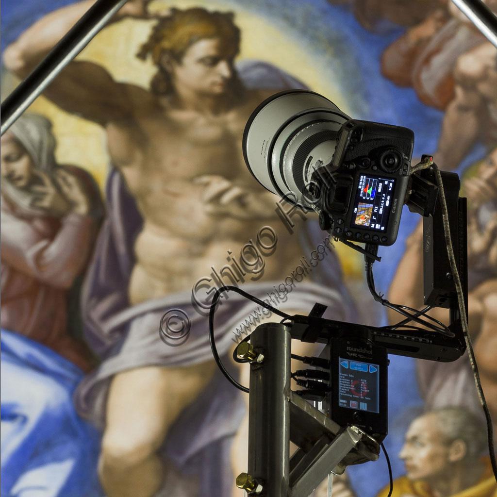 Cappella Sistina: dettaglio della testa robotizzata Seitz Roundshot VR Drive utilizzata per riprodurre tutti gli affreschi in scala 1:1. Sulla testa è stato montato un corpo Canon Eos 5 DSr, con teleobiettivi Canon EF L.