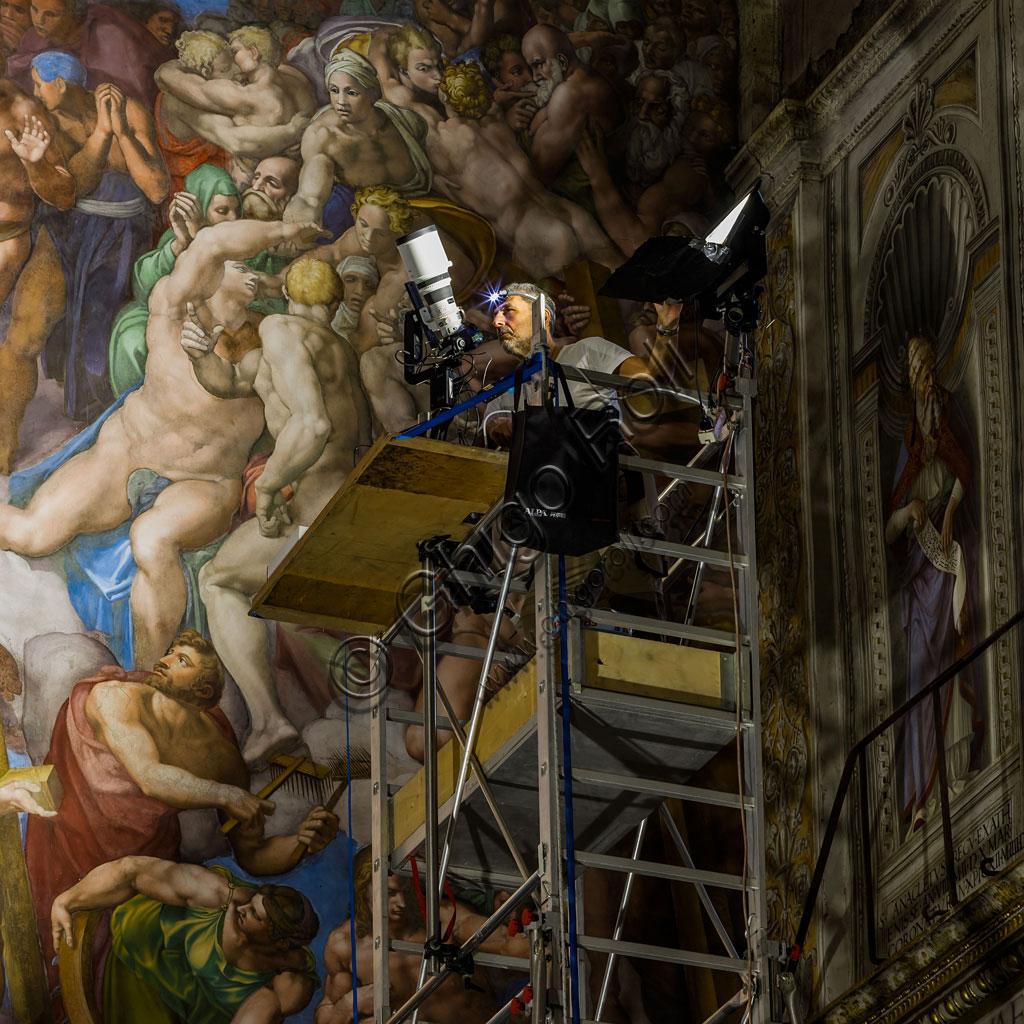 Cappella Sistina: il ponteggio appositamente modificato e utilizzato per reggere illuminatori e fotocamere.